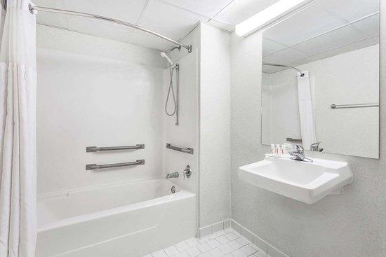 Days Inn by Wyndham Royston: ADA Bathroom