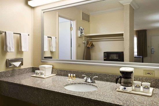Days Inn & Suites by Wyndham Trinidad: Bathroom