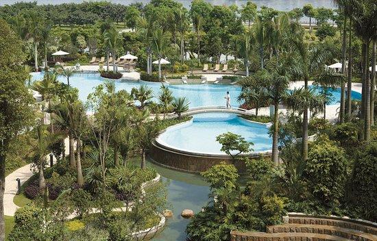 Shangri-La Hotel Guangzhou: Poolside garden