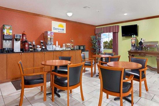 Days Inn by Wyndham Lumberton: Breakfast Area