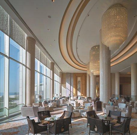 Shangri-la Hotel Qinhuangdao: Lobby Lounge Daytime – with talent