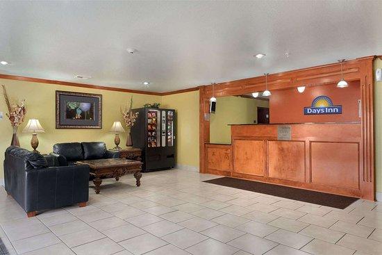 Days Inn by Wyndham Lumberton: Lobby