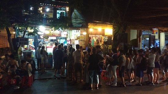 Banh Mi Phuong: long queue outside