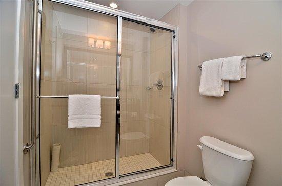 Best Western Plus Revelstoke: Walk in Shower