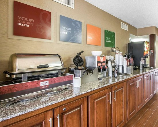 Comfort Inn: Free breakfast with waffles