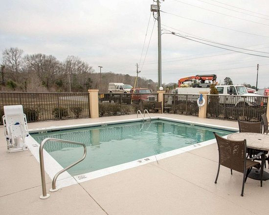 Comfort Inn: Outdoor pool with sundeck