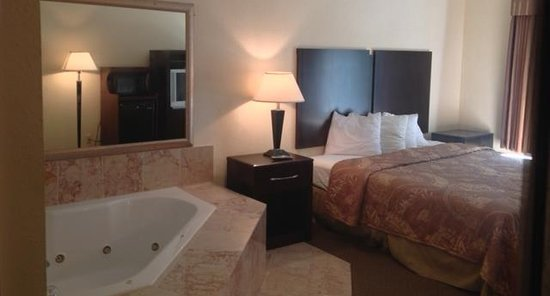 Riverdale, GA: One King Bed Jacuzzi