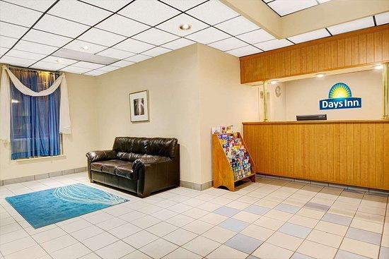 Days Inn by Wyndham Southington: Lobby