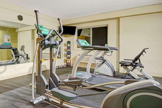 Days Inn by Wyndham Southington: Fitness Center