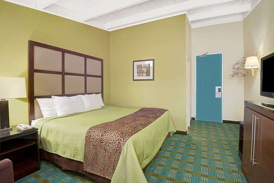 Days Inn by Wyndham Southington: 1 King Bed Room