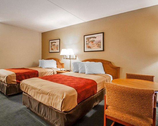 Econo Lodge: Guest room with table and chairs