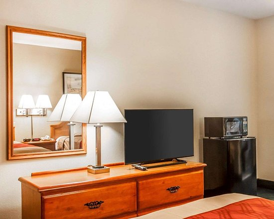 Econo Lodge: Guest room with flat-screen television