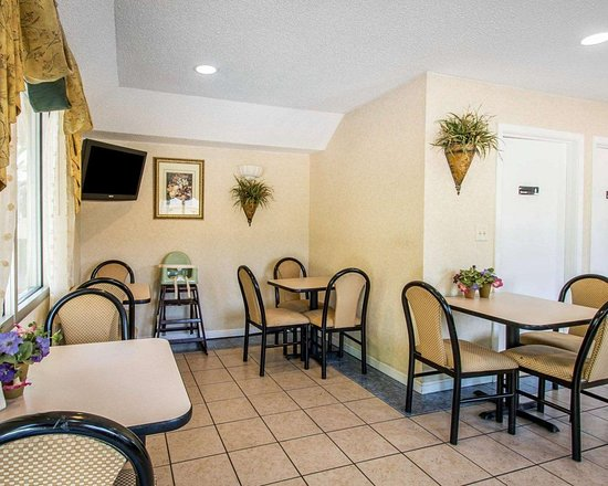 Quality Inn: Enjoy breakfast in this seating area