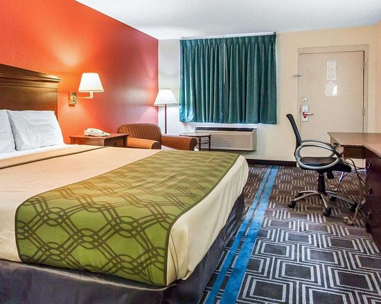 Econo Lodge: Guest room with sitting area