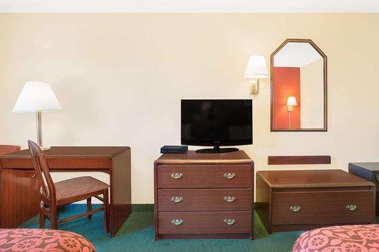 Days Inn by Wyndham Lincoln: Guest room