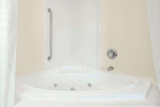Days Inn by Wyndham Lincoln: Guest room bath