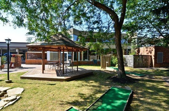 Best Western St. Catharines Hotel & Conference Centre: Courtyard Patio