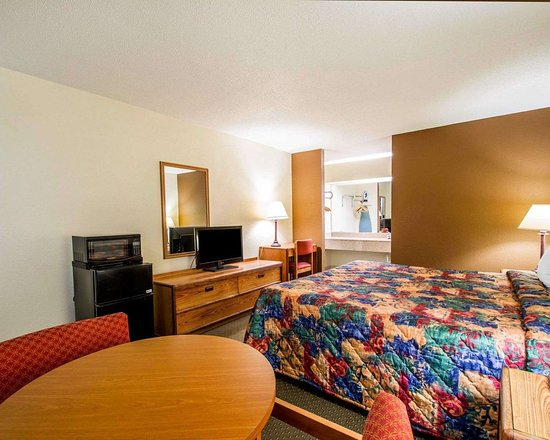 Andalusia, AL: Spacious guest room