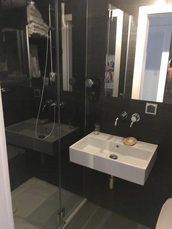 """Port 21 Pura Pool & Design Hotel: łazienka (troszkę mała) - ale kabina """"słusznych"""" rozmiarów"""