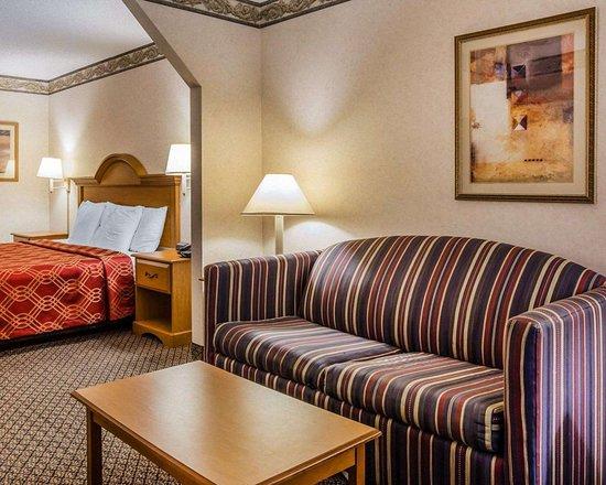 Econo Lodge: Spacious suite with sofa sleeper