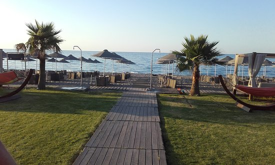 Minoa Palace Resort: Private beach section for Minoa Palace guests.