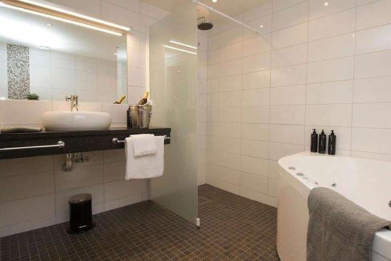 Clarion Hotel Gillet: Vanity in bathroom