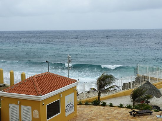 The Strand Curacao: Pool house and waves