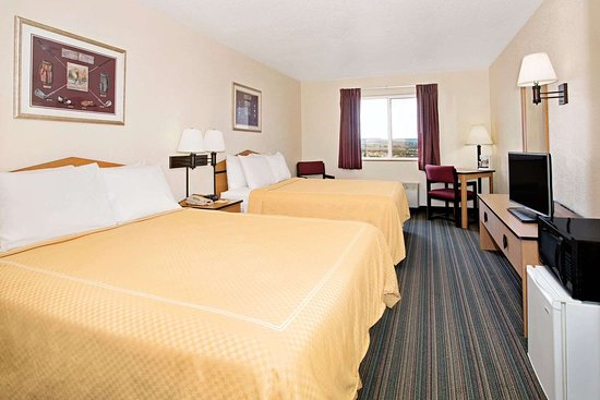Days Inn & Suites by Wyndham Castle Rock: 2 Queen Bed Room
