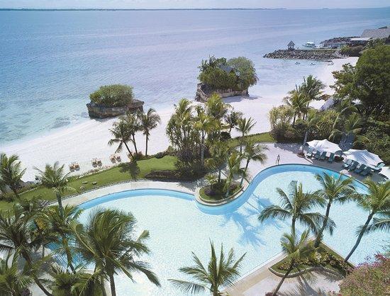 Shangri-La's Mactan Resort & Spa: Ocean Wing Pool with beach top shot