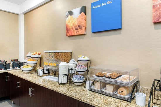 Comfort Inn MSP Airport - Mall of America: Assorted breakfast items