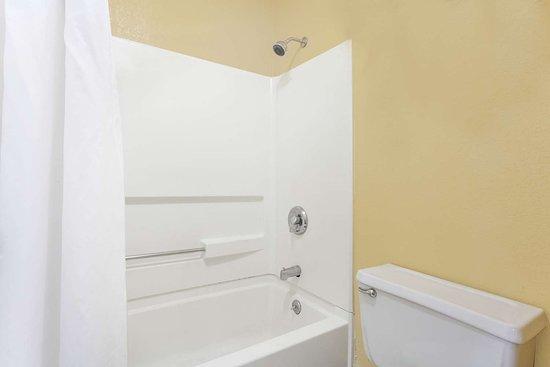 Days Inn by Wyndham Columbia: Guest room bath