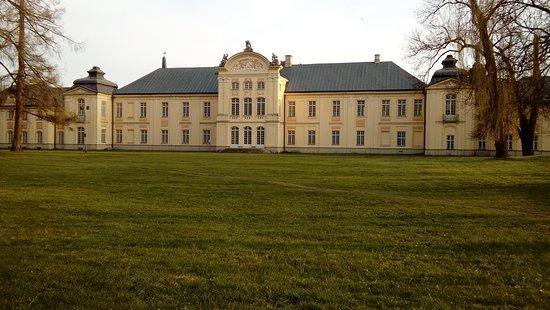 Radzyn Podlaski, Pologne : budynek główny elewacja od strony parku