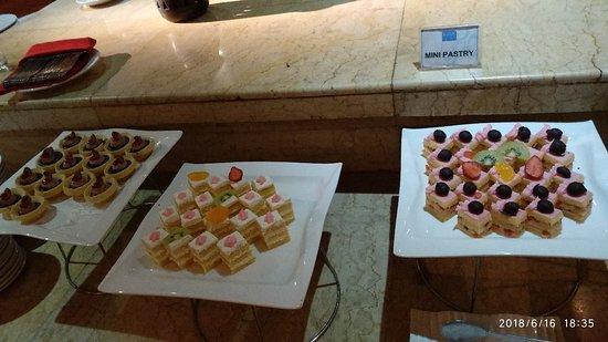 Hotel New Saphir Yogyakarta: Cakes for dessert