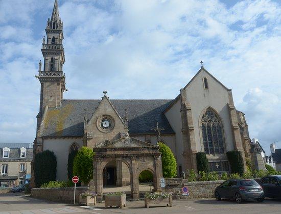Carantec, France: la chiesa e la piazza