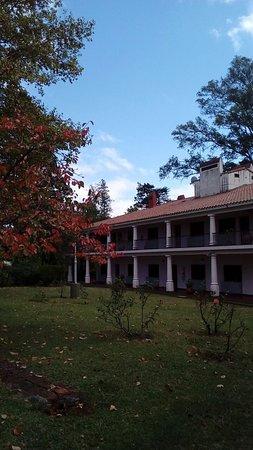 Ascochinga, Argentyna: pabellón con galería con sillones,hermosa vista del otoño desde habitaciones