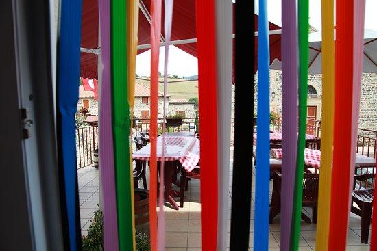 Le Bouchon en Beaujolais: La grande terrasse, vu de l'intérieur.