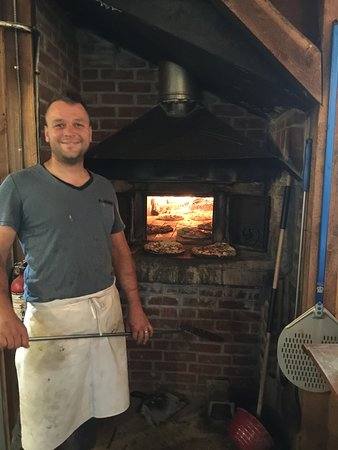 Kimberley, Canadá: Justin tending oven baked pizzas.