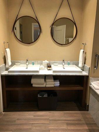 Fairmont Jasper Park Lodge: Bathroom off king bedroom