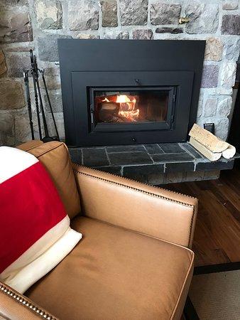 Fairmont Jasper Park Lodge: Wood burning fireplace