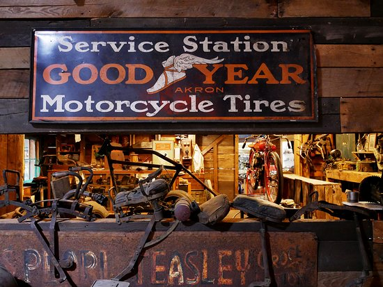 Wheels Through Time Transportation Museum: Awesome shop recreation mid museum.