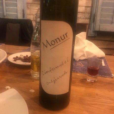 Konoba Vinica Monkovic: Konobar Pero Macan vrh vrhova....bijeli monur dobar ali crni monur svjetsko vino....jedva cekamo