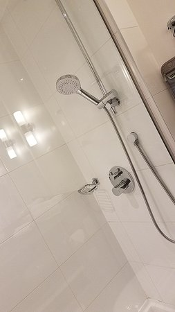 Sandman Signature London Gatwick Hotel: Quality shower.