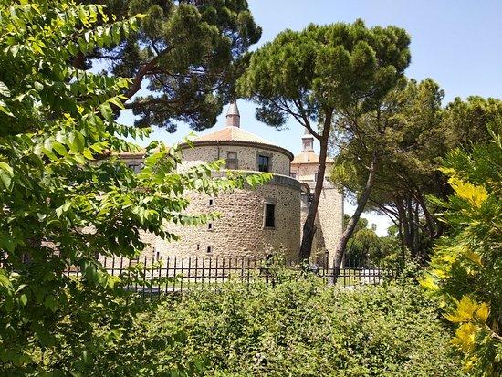 Villaviciosa de Odon, Spain: Entrada al jardín del castillo e interior.