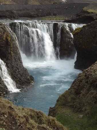 Landmannalaugar, Islandia: Waterfall in the nature reserve