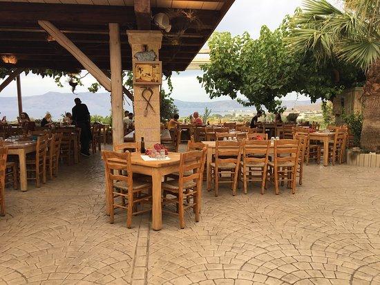 Grambousa Restaurant: Layout!