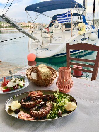Taverna Korfos: Jump from your boat to the taverna :)