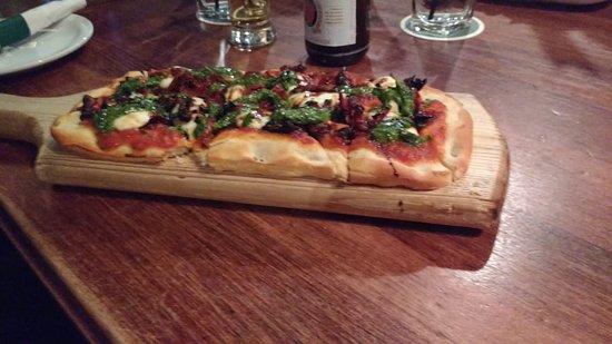Doolin's Irish Pub: pizza