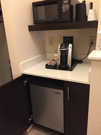 Hilton Garden Inn Cupertino: Pods coffee machine, microwave, and a fridge