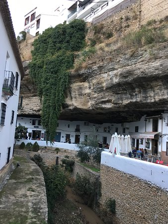 Setenil de las Bodegas, España: Stores within caves