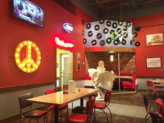 Fuddruckers: Part of the seating area